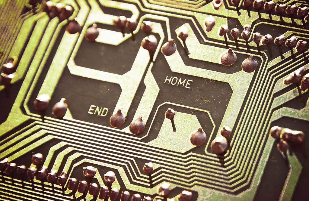 Schaltkreise auf einer Computerplatine repräsentieren die digitale Kommunikation zwischen Mitarbeitern
